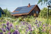 Im Sommer produzieren Fotovoltaikanlagen einen Stromüberschuss – bislang fehlen dafür die saisonalen Speicher. (Bild: Getty)
