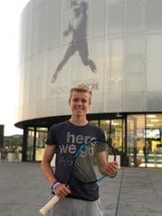 Verfolgt seinen Tennis-Traum: Jan Jauch vor der Rafa Nadal Academy in Manacor im Osten der Insel Mallorca (Bild: PD)