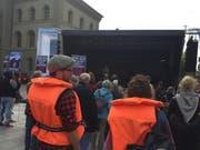 Mit Rettungswesten demonstrieren Teilnehmer an der Kundgebung «Move For Life» für die Seerettung von Flüchtlingen. (Bild: Theodora Peter/Keystone-SDA)