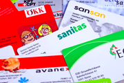 Ausser in Zug und den Kantonen Uri und Appenzell Innerrhoden bezahlen im kommenden Jahr alle Schweizer mehr für ihre Krankenkasse. Im Bild: Versicherungskarten verschiedener Krankenkassen (Bild: Keystone/Gaetan Bally)