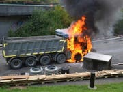 In Ettingen BL ist ein Lastwagen in Flammen aufgegangen. Die Polizei geht von einer technischen Brandursache aus. (Bild: Polizei Basel-Landschaft)