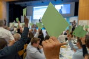 Klare Absage an die SVP-Selbstbestimmungsinitiative: Eine hochgereckte Stimmkarte an der Delegiertenversammlung der FDP in Pratteln BL. (Bild: KEYSTONE/GEORGIOS KEFALAS)
