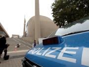 Sicherheitskontrollen und Absperrungen um die Zentralmoschee von Köln. Sie wird heute vom türkischen Präsidenten Recep Tayyip Erdogan formell eröffnet. (Bild: KEYSTONE/EPA/FRIEDEMANN VOGEL)
