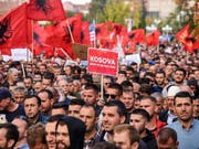 Die Demonstranten in Pristina forderten vor allem, dass es keinen Gebietstausch zwischen Serbien und dem Kosovo geben dürfe. Eine solche Lösung hatten Kosovo-Präsident Thaci und sein serbischer Amtskollege Vucic überlegt. (Bild: KEYSTONE/EPA/PETRIT PRENAJ)
