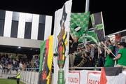 Die Krienser Fans kehren aufs Kleinfeld zurück: «Mer send deheim» - so die Botschaft auf der weissen Fahne. (Bild: Nadia Schärli (Kriens, 28. September 2018))