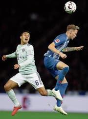 Bayerns Thiago (links) kämpft mit dem Berliner Ondrej Duda um den Ball. Am Ende behält Hertha in diesem Spiel die Oberhand. (Bild: Michael Sohn/AP (Berlin, 28. September 2018)