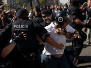 Die katalanische Polizei versuchte, die beiden Protestzüge von Polizisten aus ganz Spanien und von Unabhängigkeitsbefürwortern voneinander fernzuhalten. (Bild: KEYSTONE/AP/FELIPE DANA)