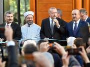 Der türkische Staatspräsident Erdogan bei der Eröffnung der grossen Ditib-Moschee in Köln. (Bild: KEYSTONE/AP/MARTIN MEISSNER)