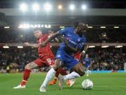 Zwischen Liverpool und Chelsea ging es schon unter der Woche im Ligacup zur Sache - mit dem besseren Ende für die Blues (im Bild Victor Moses, bedrängt von Alberto Moreno) (Bild: KEYSTONE/AP/RUI VIEIRA)