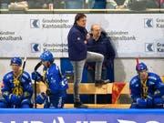 Arno Del Curto beobachtet das Spiel seines HCD äusserst kritisch (Bild: KEYSTONE/JUERGEN STAIGER)