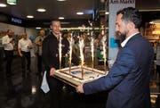 Store-Manager Heerbrugg Italo Tempini (rechts) und Manora-Gerant Remo Hug bringen die Geburtstagstorte. (Bild: Susi Miara)