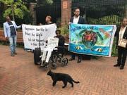 Vertreter der gewaltsam vertriebenen Bewohner des Chagos-Archipels protestierten vor dem Internationalen Gerichtshof. (Bild: KEYSTONE/AP/MIKE CORDER)