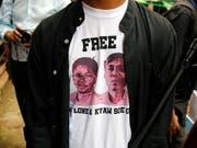 Ein Journalist beim Gericht in Rangun trägt ein T-Shirt mit Bildern der beiden verurteilten Kollegen. (Bild: KEYSTONE/EPA/LYNN BO BO)