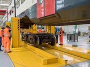 Im SBB-Werk in Olten können mit einer neuen Anlage bis zu 150 Meter lange Regionalzüge zwei Meter angehoben und danach bequem die Drehgestelle ausgewechselt werden. (Bild: Keystone/MARCEL BIERI)