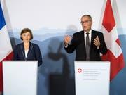 Bundesrat Guy Parmelin und die französische Verteidigungsministerin Florence Parly betonten vor den Medien in Bern, wie gut die bilaterale militärische Zusammenarbeit funktioniert. (Bild: KEYSTONE/PETER SCHNEIDER)