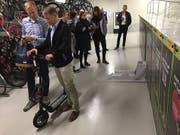 Mit Ibion drängt ein weiterer Elektromobilitätsanbieter auf Strassen im Raum Basel. Seine E-Trottinetts werden in fixen Garagenboxen zusammengeklappt versorgt und aufgeladen. Die Miete läuft über Smartphones. (Bild: Roger Lange Morf, Keystone-SDA)
