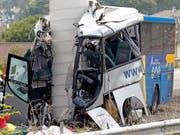 Der Bus ist frontal gegen die Betonsäule einer Brücke gerast. Die Ursache des Unfalls, der mindestens fünf Menschen das Leben kostete, war zunächst unklar. (Bild: KEYSTONE/EPA EFE/ALBERTO MORANTE)