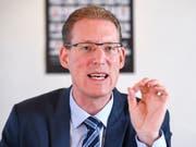 «Die Arbeitsmarktfähigkeit von Arbeitnehmenden in der Energiebranche darf nicht verloren gehen», sagte Adrian Wüthrich von Travail.Suisse am Montag in Bern. (Bild: KEYSTONE/ANTHONY ANEX)