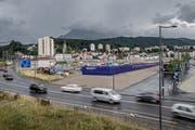 Das Baufeld A1 am Seetalplatz (hinter der blauen Abschrankung beim Bushof) wird zwischengenutzt. (Bild: Pius Amrein, 29. Juni 2017)