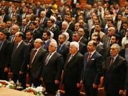 Im Irak ist das Parlament erstmals seit der Wahl am 12. Mai zu einer Sitzung zusammengekommen. Der bisherige Regierungschef Haidar al-Abadi (Mitte-links) wird die nächste Regierung mitprägen. (Bild: KEYSTONE/EPA/STR)
