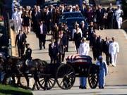 Der mit 81 verstorbene US-Senator John McCain wurde in einer privaten Zeremonie auf der Marineakademie in Annapolis im US-Staat Maryland beigesetzt. (Bild: KEYSTONE/AP/SUSAN WALSH)