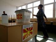 Die Volksabstimmung über einen neuen Namen Mazedoniens ist gescheitert. Nur rund 34 Prozent der 1,8 Millionen Wahlberechtigten hatten sich beteiligt. Für eine Gültigkeit des Referendums hätten mehr als die Hälfte der Stimmberechtigten teilnehmen müssen. (Bild: KEYSTONE/AP/BORIS GRDANOSKI)