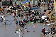 Bild der Zerstörung an einem Strand in Palu. (Bild: AP /Tatan Syuflana (Palu, 30. September 2018))