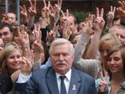 Der ehemalige Präsident Polens, Lech Walesa, hat am Samstag mit Hunderten seinen 75. Geburtstag gefeiert. (Bild: KEYSTONE/AP/CZAREK SOKOLOWSKI)