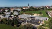 Das Migros-Provisorium am Wittenbacher Dorfhügel. 2021 soll von diesem Bau nichts mehr übrig sein. (Bild: Urs Bucher)