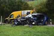 Totalschaden: Die Fahrzeuge nach dem Unfall. (Bild: Kapo SG)