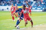 Kann sich nicht durchsetzen: der Luzerner Christian Schneuwly (links) gegen Sions Xavier Kouassi. (Bild: Philipp Schmidli (Luzern, 30. September 2018))