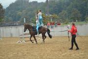 Jugendliche zeigen an der Pferdeschau beim Voltigieren Kunstsprünge und Turnübungen auf dem trabenden Pferd. (Bild: Paul Küchler. Sarnen, 29. September 2018)
