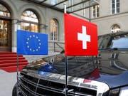 Die Fahrt von Bundesrat und Parlament im Europadossier geht laut einer Umfrage für immer mehr Stimm- und Wahlberechtigte in die falsche Richtung. (Bild: Keystone/PETER KLAUNZER)