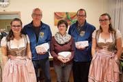 Das siegreiche Urner Pistolenteam (von links): Peter Planzer, Ruth Planzer und Christian Simmen flankiert von Ehrendamen. (Bild: Paul Gwerder)