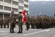 Die Abgabe der Fahne an das Kompetenzzentrum Swissint markiert das Ende der dreimonatigen, einsatzbezogenen Ausbildung. Bild: PD