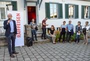 Thomas Mayer, Verwaltungsratpräsident der Raiffeisenbank am Bichelsee, weiht vor zahlreichen Gästen den «Raiffeisen History Trail» ein.