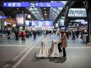 Eine junge Frau ist am Sonntagmorgen auf das Dach des Zürcher Hauptbahnhofes geklettert und heruntergestürzt - sie war auf der Stelle tot. (Bild: KEYSTONE/ENNIO LEANZA)