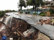 Sturm «Sorbas» hat in Griechenland Schäden hinterlassen. Auf der Insel Euböa werden zudem drei Menschen vermisst. (Bild: KEYSTONE/EPA ANA-MPA/GEORGE PALAMIOTIS)