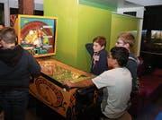 Der Flipperkasten ist während der Eröffnungsparty am Samstagabend bei den Jugendlichen sehr beliebt. (Bild: Peter Spirig)