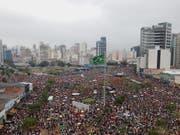 In Brasilien sind am Samstag (Ortszeit) in zahlreichen Städten tausende Menschen gegen den Präsidentschaftskandidaten Jair Bolsonaro auf die Strasse gegangen. (Bild: KEYSTONE/EPA EFE/MARCELO CHELLO)
