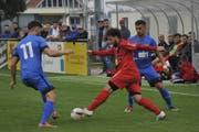 Bazenheids Co-Trainer Edi Coutinho (rot) kam wegen Personalknappheit gegen den FC Rüti auf der linken Aussenbahn zum Einsatz, ehe auch er verletzt ausscheiden musste. (Bild: Urs Nobel)