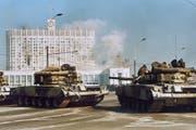 Russische Panzer eröffnen das Feuer auf das Moskauer Parlamentsgebäude. (Bild: Velenguri/DPA, 4. Oktober 1993)