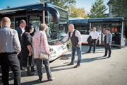 Die neuen Busse sind mit 18,75 Metern fast einen Meter länger als die alten, wie ein Chauffeur den Gästen erklärt. (Bild: Ralph Ribi)