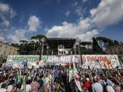 Unter dem Motto «Für ein Italien ohne Angst» demonstrierten 50'000 Menschen in Rom gegen die Regierung. (Bild: KEYSTONE/EPA ANSA/GIUSEPPE LAMI)