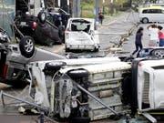 Überschlagene Fahrzeuge in Osaka: Der Taifun «Jebi» hinterlässt in Japan grosse Verwüstung. (Bild: KEYSTONE/AP Kyodo News/KOTA ENDO)