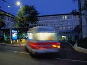 14 Prozent aller Schweizer nahmen 2016 die Notfallstation eines Akutspitals in Anspruch. Häufiger im Notfall heisst aber nicht unbedingt seltener in der Arztpraxis, wie eine neue Studie des Bundes belegt. (Bild: Martin Rütschi/Keystone)