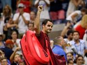 Roger Federer muss sich überraschend früh vom New Yorker Publikum verabschieden (Bild: KEYSTONE/FR103966 AP/JASON DECROW)