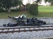 Im Kanton Freiburg sind bei einer Kollision eines Fahrzeugs mit einem Zug drei Personen verletzt worden. (Bild: PD Kantonspolizei Freiburg)