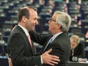 Der Deutsche Manfred Weber (links) will laut Medienmeldungen EU-Kommissionspräsidenten Jean-Claude Juncker (rechts) in seinem Amt beerben. (Bild: KEYSTONE/EPA/PATRICK SEEGER)