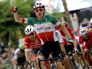 Elia Viviani (im italienischen Meistertrikot) gewann an der diesjährigen Spanien-Rundfahrt bereits die 3. Etappe im Sprint (Bild: KEYSTONE/EPA EFE/MANU BRUQUE)